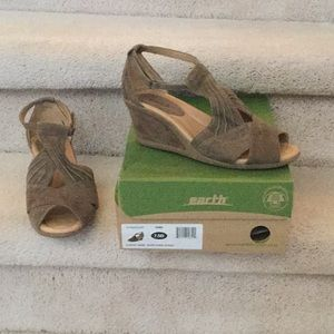 Earth Wide khaki Suede Sandals